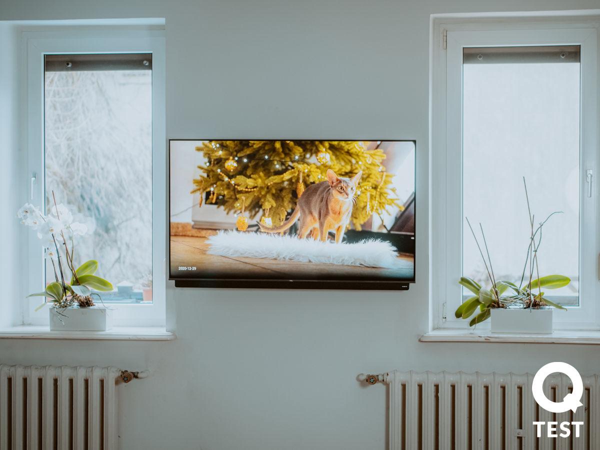 Telewizor TCL 55C815 na scianie - Telewizor TCL C815 – Bardzo Smart TV w naszym salonie