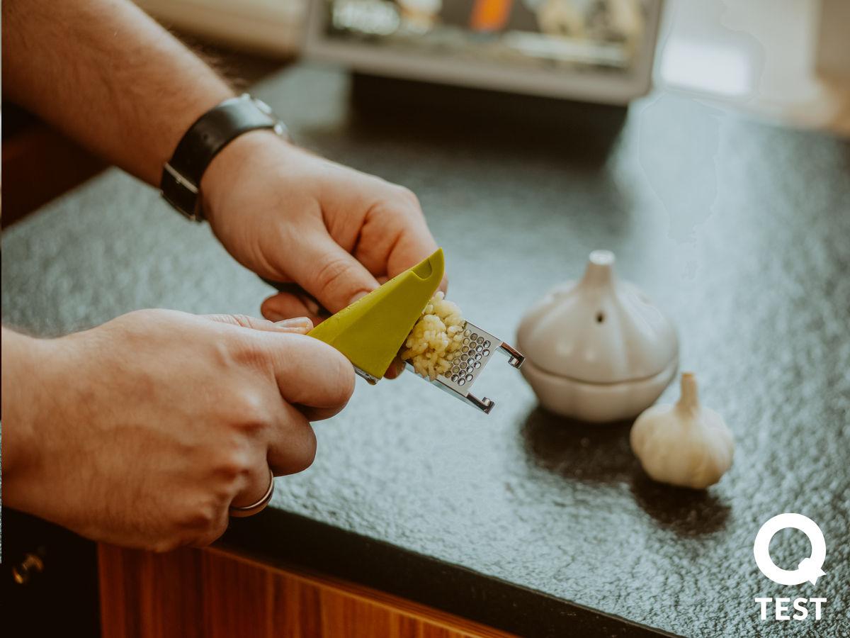 Wyciskacz do czosnku Joseph Joseph Easy Press - Designerskie gadżety kuchenne - 10 sprawdzonych rozwiązań, które ułatwią Ci życie